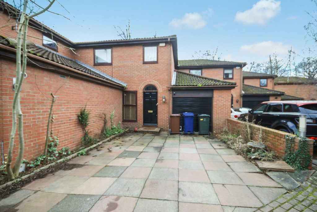 4 Bedroom Semi-detached House to Let on Glendyn Close, Jesmond Park West